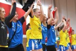 Die achtfache Torschützin Pauline Uhlmann (gelbes Trikot) und ihr Team sind sichtlich happy. Foto: Jan Kaefer