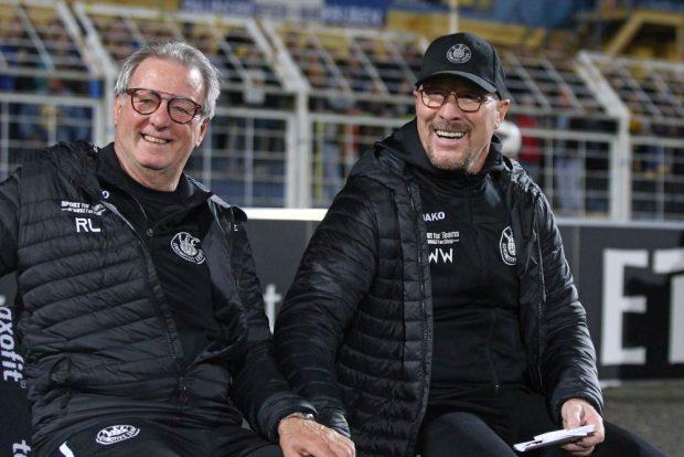 Beste Laune bei Interims-Coach Wolfgang Wolf (rechts) und Rainer Lisiewicz. Foto: Jan Kaefer