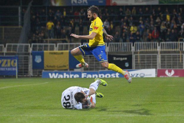 Nulldrei-Keeper Marco Flügel hat den Ball vor Sascha Pfeffer. Foto: Jan Kaefer