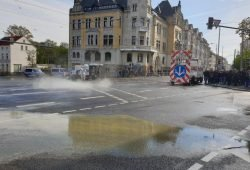 Vor dem Leutzscher Rathauses hatten Unbekannte blaue und gelbe Farbe ausgeschüttet und großflächig auf der Straße und der Fassade verteilt. Foto: L-IZ.de