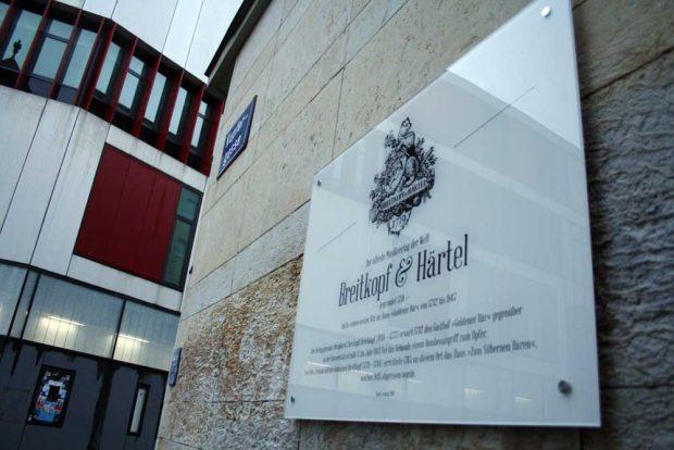 Die neue Gedenktafel für Breitkopf & Härtel an der Ecke Kupfergasse. Foto: Ralf Julke