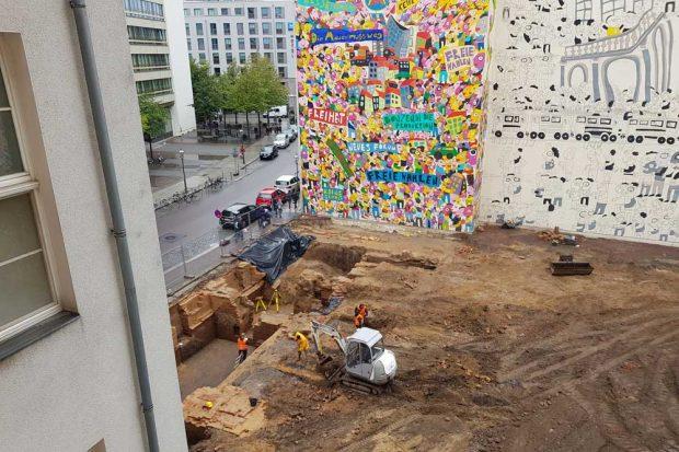 Blick auf die Ausgrabungen am Brühl und einen Teil des Wandbildes von Fischer-Art. Foto: Marko Hofmann