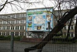 Das Erich-Kästner-Wandbild vor der Sanierung der Schule. Foto: Ralf Julke