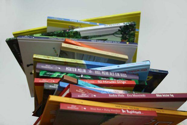 Ein großer Stapel Bücher zum Vorlesen. Foto: Ralf Julke