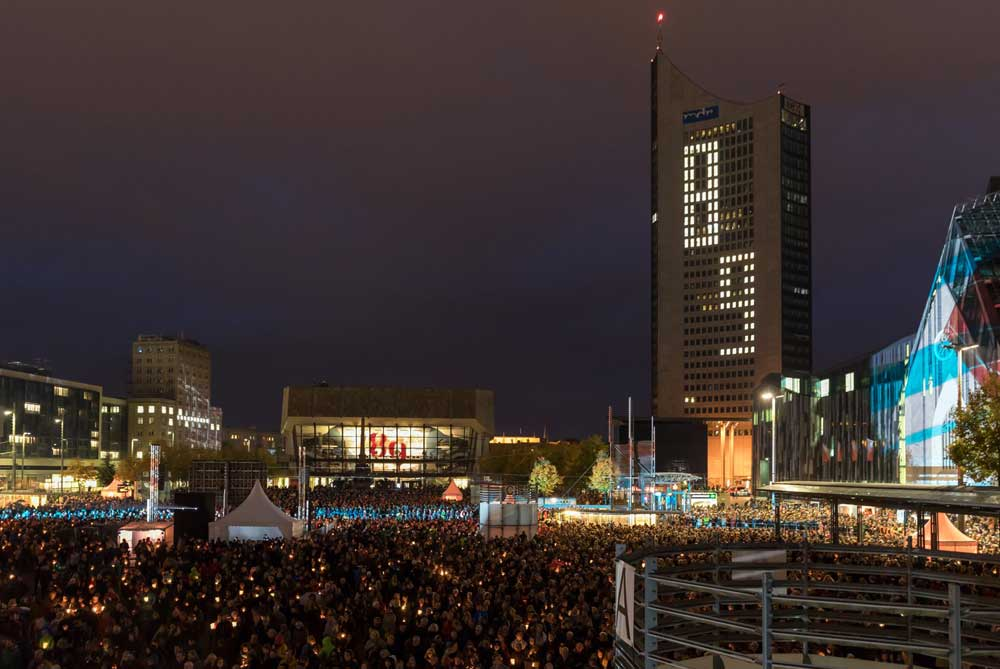 Lichtfest Leipzig 2019: Blick auf den Augustusplatz während der Eröffnung. Im Hintergrund das City-Hochhaus. Foto: Tom Schulze