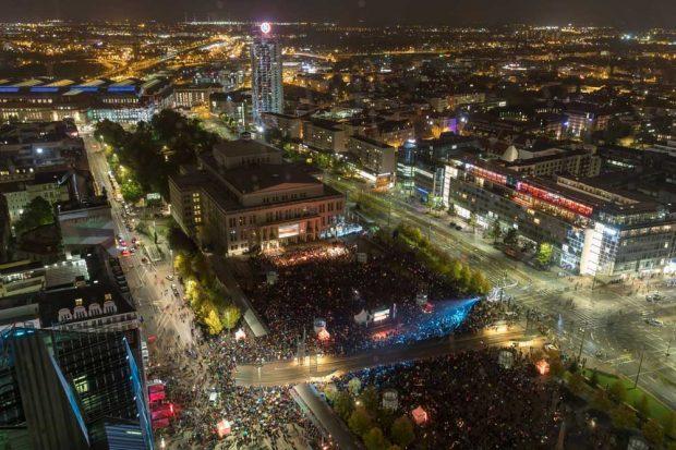 Lichtfest Leipzig 2019: Blick auf den Augustusplatz während der Eröffnung. Foto: Tom Schulze