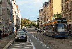 Die Linie 9 im Jahr 2015 auf der Fahrt durch die Wolfgang-Heintze-Straße. Foto: Ralf Julke