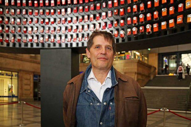 Philippe Morvan (Lichtkünstler, Lyon) vor seinem Kunstwerk in der Osthalle des Hauptbahnhofs. Foto: Andreas Schmidt