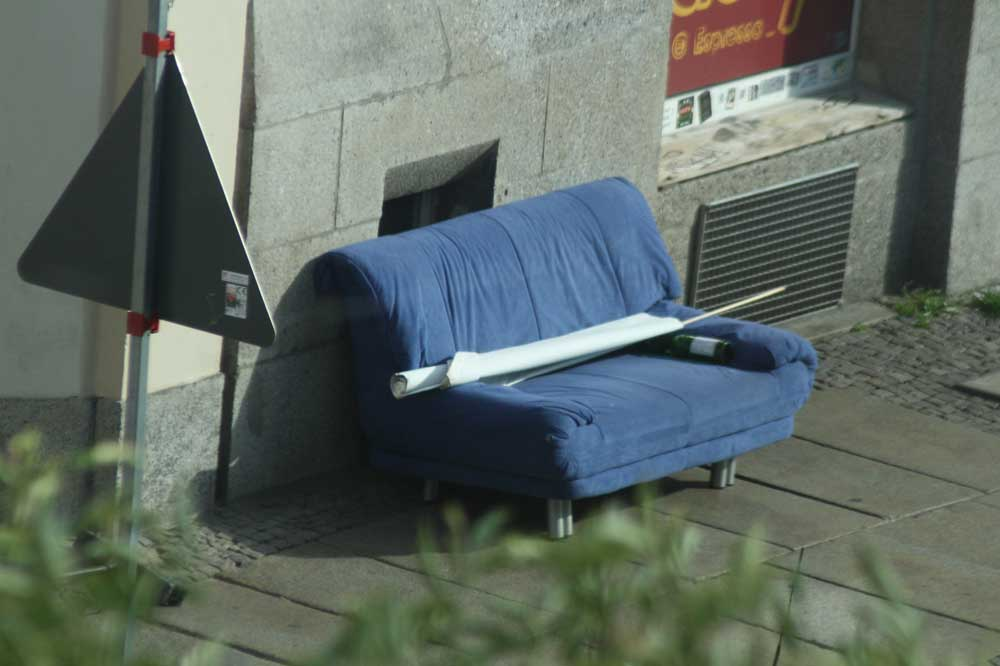 Für dieses Sofa hat sich inzwischen ein Liebhaber gefunden. Foto: Ralf Julke