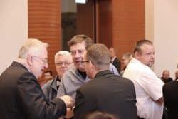 Bert Sander (mitte) zum Beginn seiner ersten Ratsversammlung im Gespräch. Foto: Michael Freitag