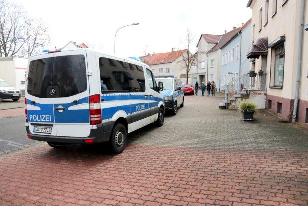 Seltsame Bilder - Überall im Ort verlassene Polizeifahrzeuge, kein einziger Beamter weit und breit. Foto: Michael Freitag