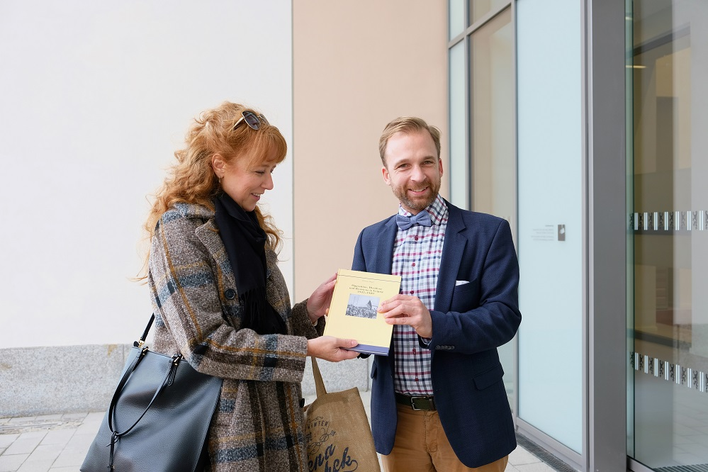 Dr. Michael Ruprecht begrüßt Madeleine Köchy, Foto: Stadtarchiv
