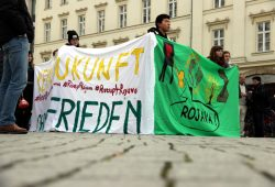 Auf dem Richard-Wagner-Platz fand die Demo ihr Ende bei einer Ansprache über den Zustand in Rojava. Foto: Michael Freitag
