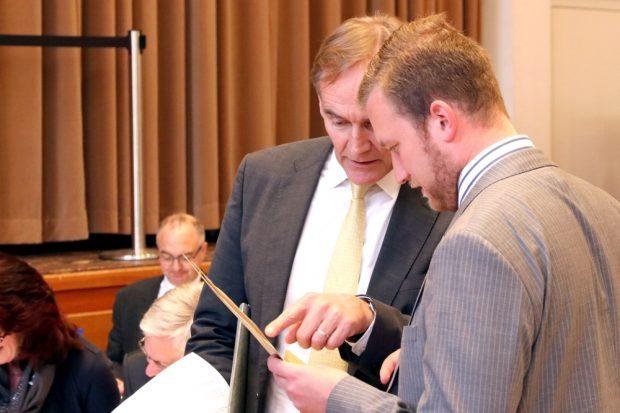 War das korrekt? Burkhard Jung und Michael Weickert im Stadtrat (über ein anderes Thema) im Gespräch. Foto: Michael Freitag