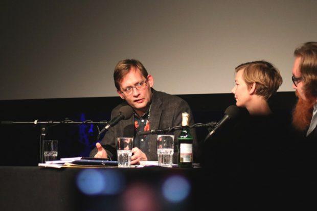 Clemens Meyer und Sandra Hüller 2018 unterstützt durch Moderator Claudius Nießen in der Schaubühne. Foto: L-IZ.de