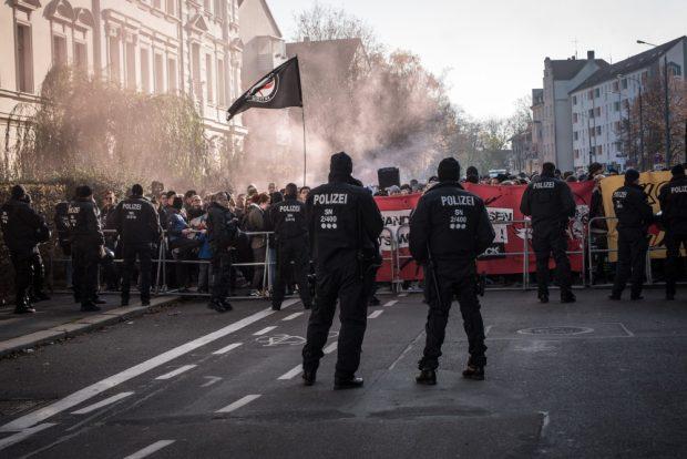 Gegenprotest hinter einer Polizeiabsperrung in Connewitz. Foto: Tim Wagner