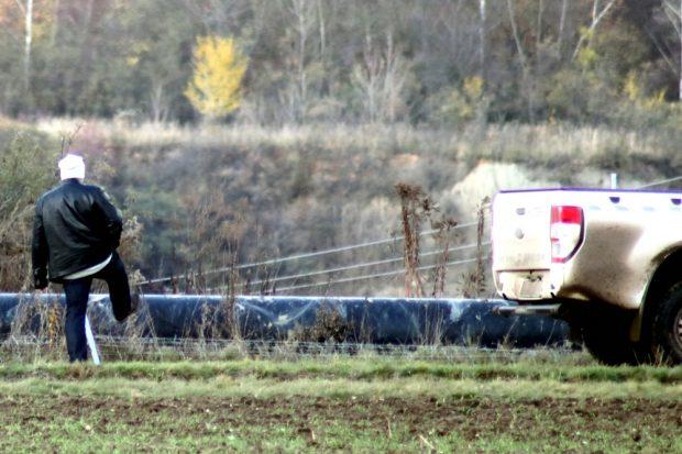 Nach der Besetzung des Tagebaus durch Ende Gelände. Ein Mitarbeiter der MIBRAG am ein- und aushängbaren Zaun ums Gelände. Foto: Michael Freitag