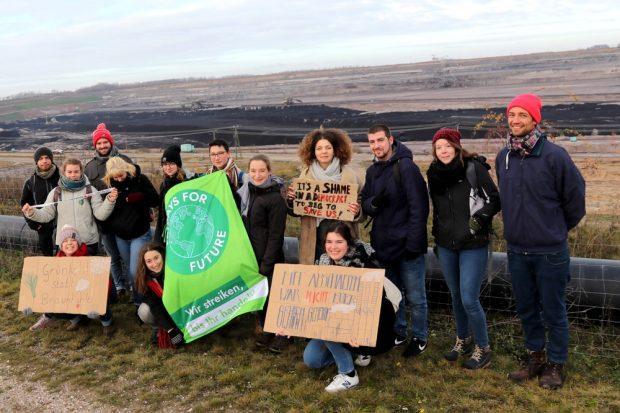 Nachdem alle für den 30. November alle Demonstrationen untersagt worden waren: Ein FFF-Spaziergang zur Abbruchkante. Foto: Michael Freitag