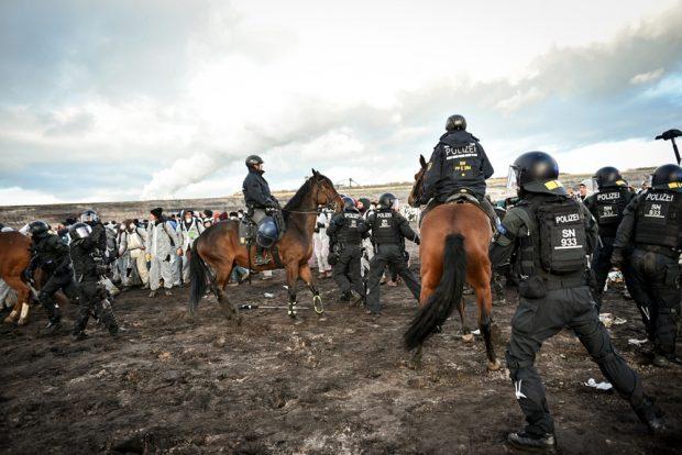 Zweimal versuchte die Polizei Menschen abzudrängen und aus dem Tagebau hinauszufahren. Den dritten Versuch brachen die Beamten ab. Foto: Tim Wagner