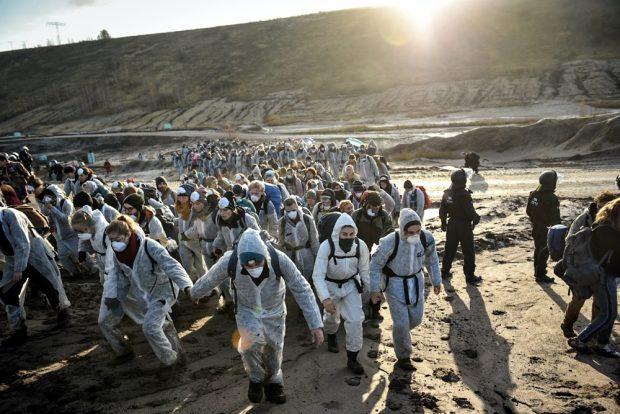 Erst in kleinen Gruppen, dann immer mehr. Der Tagebau Peres füllt sich mit Menschen. Foto: Tim Wagner