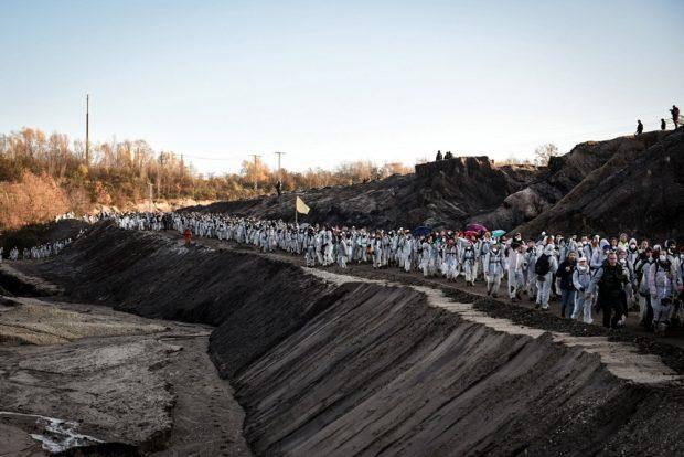 """Während """"Ende Gelände"""" in den Tagebau Peres einfließt, beobachten die Beamten das Geschehen. Foto: Tim Wagner"""