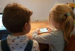 Zu zeitig zu viel Smartphone ist schädlich für die Entwicklung des kindlichen Gehirns. Foto: L-IZ.de