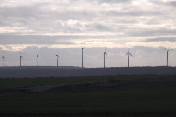 Hinter einem die Kohlegrube, gegenüber des Tagebaus Windenergie. Foto: Michael Freitag