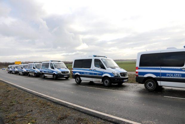 Herrenlose Einsatzwagen auf dem Weg und Schlammspuren auf der Fahrbahn. Foto: Michael Freitag