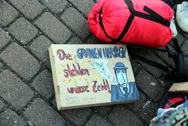 Keine Demo - nur ein Schild auf dem Boden. Foto: Michael Freitag