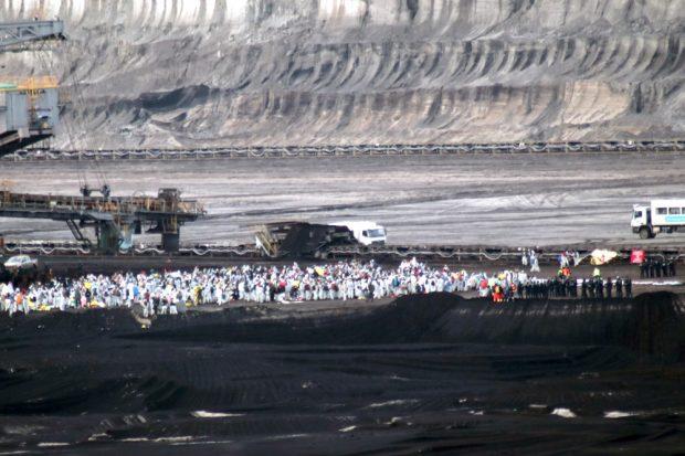Mengenverhältnisse im Tagebau Peres, die Polizei ist nur mit einer Hundertschaft vertreten. Foto: Michael Freitag