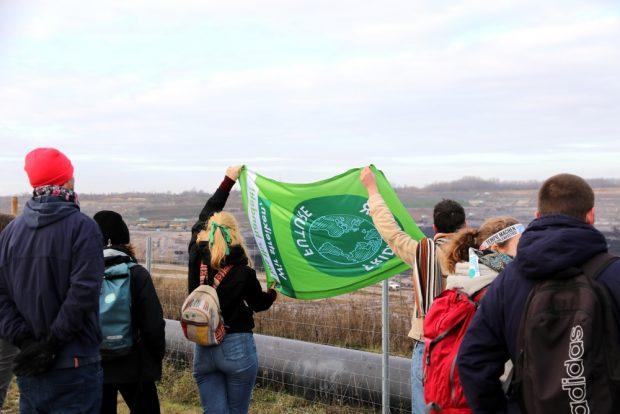 Eine Fahne in den Wind halten, um die Richtung der Böen zu prüfen? Foto: Michael Freitag