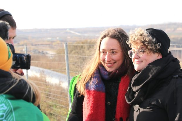 Sophia Salzberger (FFF Sachsen) und Sina Reisch (Ende Gelände) verstanden sich beim zufälligen Aufeinandertreffen auf Anhieb. Foto: Michael Freitag