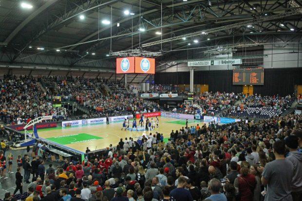 Das Spiel beginnt. Blick in die Arena. Foto: Jan Kaefer