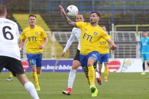 Sascha Pfeffer (Lok) hat den Ball im Blick. Foto: Jan Kaefer