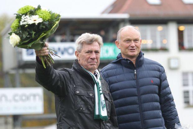 Sichtlich gerührt nahm Chemie-Legende Dieter Scherbarth vor der Partie die Glückwünsche zu seinem 80. Geburtstag entgegen. Foto: Jan Kaefer
