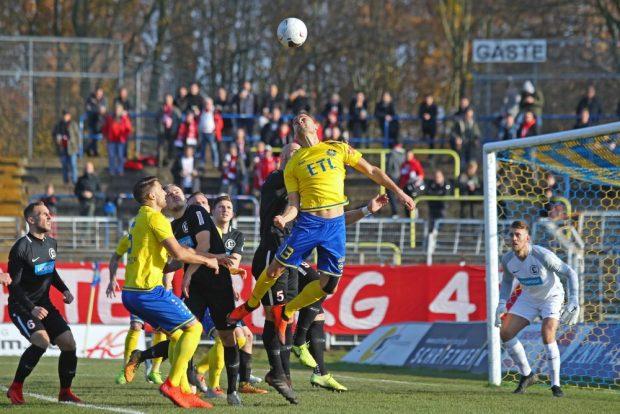Djamal Ziane - hier beim Kopfball - erzielte beide Tore für Lok. Foto: Jan Kaefer