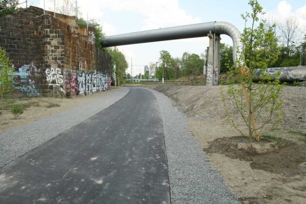Hier beginnt der Bahnbogen: Brückenkopf an der S-Bahn-Station Anger-Crottendorf. Foto: Ralf Julke
