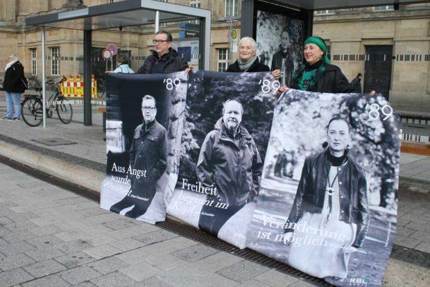 Die drei aktuellen Plakatmotive, gehalten von Uwe Frauendorf, Karin Wieckhorst und Cornelia Matzke. Foto: Ralf Julke