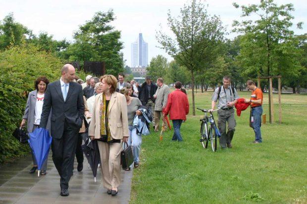Eröffnung des neugestalteten Stadtteilparks 2004 mit OBM Wolfgang Tiefensee. Archivfoto: Ralf Julke
