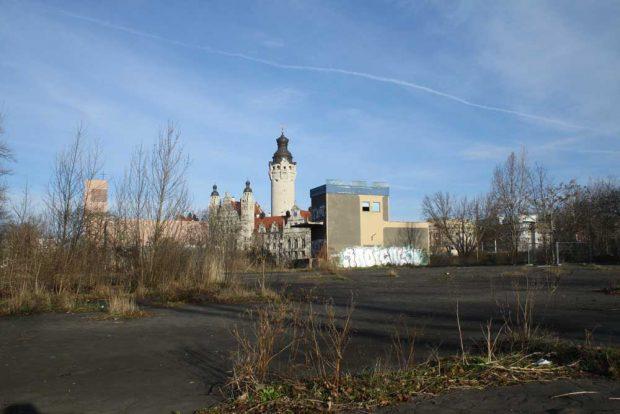 Blick über das alte Markthallengrundstück zum Neuen Rathaus. Foto: Ralf Julke
