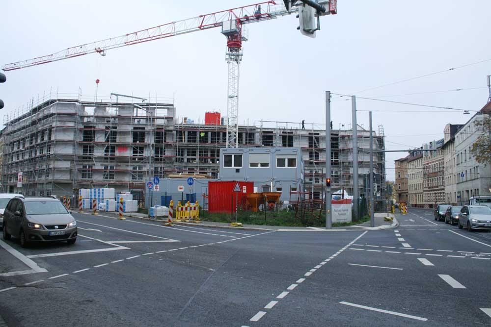Der Neubau des Pflegeheims mit der von Containern besetzten Grünfläche davor. Foto: Ralf Julke