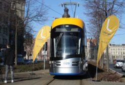 XL-Straßenbahn auf der Messekehre. Foto. Ralf Julke