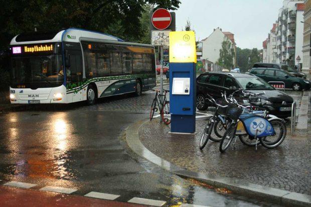 So wünscht es sich eigentlich die Stadt: Mobilitätsstation in der Scheffelstraße mit (älteren) Nextbike-Rädern. Foto: Ralf Julke