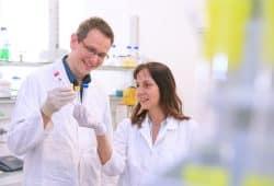 Prof. Dr. Jens Meiler und Prof. Dr. Annette G. Beck-Sickinger im Institut für Biochemie. Foto: Universität Leipzig / Swen Reichhold