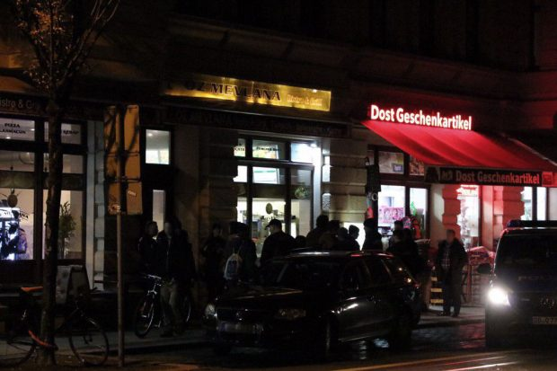 Geballte Einsatzkraft vor einem Ladengeschäft in der Eisenbahnstraße. Foto: L-IZ.de