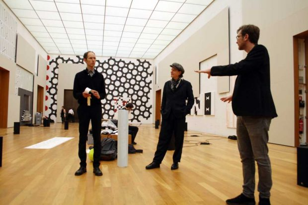Künstler Michael Riedel, Komponist Oliver Augst und Kurator Marcus Andrew Hurttig. Foto: Ralf Julke