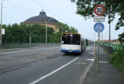 Bus auf der Schlachthofbrücke. Foto: Ralf Julke