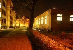 Beleuchteter Schulhof. Foto: Ralf Julke
