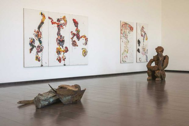 """Blick in die Ausstellung """"Schwerkraft - Fliehkraft"""". Foto: Martin Frischauf"""