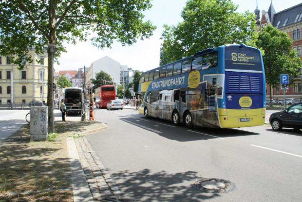 Stadtrundfahrtbusse in der Beethovenstraße. Foto: Ralf Julke